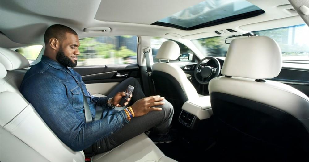 「隱形司機」-宣傳自動駕駛汽車技術,勒邦占士親身上陣!